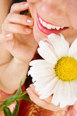 Smile and camomile — Stockfoto
