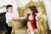 Chłopiec i dziewczynka w pokoju — Zdjęcie stockowe