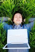 Descansar con el ordenador portátil — Foto de Stock
