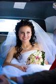 Krása v autě svatba — Stock fotografie
