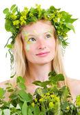 Fille dans les feuilles vertes — Photo