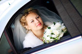 Portrait of the bride in the wedding car — Stockfoto