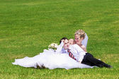 Newlyweds on the grass — Stock fotografie