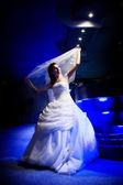 Bruid in het licht van de nacht — Stockfoto