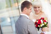 Mariés par le mur de verre — Photo