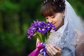 Unga bruden med blommor — Stockfoto