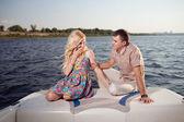 Jong koppel op de boot — Stockfoto