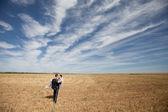 Sposi sul campo — Foto Stock