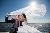 Svatební pár na jachtě — Stock fotografie