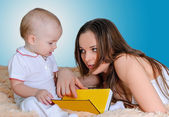 Mother reading bedtime stories — Stock Photo