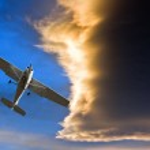 küçük uçak fırtınalı gökyüzü günbatımı karşı — Stok fotoğraf