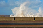 Huge waves crashing onto promenade — Stockfoto