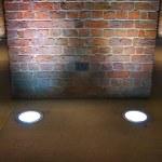 ściany wewnętrzne Cegła oświetlone przez reflektory — Zdjęcie stockowe