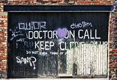 Puerta de garage cubierto de grafitti — Foto de Stock