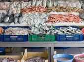 świeżo złowione ryby na sprzedaż na rynku tureckim ulicy — Zdjęcie stockowe
