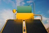 Sistema de telhado de aquecimento solar de água quente — Foto Stock