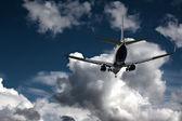 Fırtınalı gökyüzü karşı açılış yolcu uçağı — Stok fotoğraf