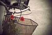 Red roses in basket of old rusty bicycle vintage style — Foto Stock