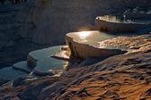 Travetine pokryté kopce a skalní jezírka pamukkale Turecko na su — Stock fotografie