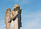 Winged angel statue in graveyard — Stock Photo