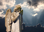 Winged angel statue in graveyard — Stockfoto