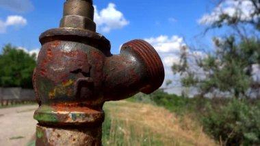 Закрыть вверх старый водопроводной воды — Стоковое видео