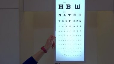 Ophthalmologist shows eyesight test chart for eye tests — Stock Video