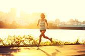 女赛跑者在日落时运行 — 图库照片