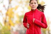 Sonbahar aylarında çalışan kadın atlet — Stok fotoğraf