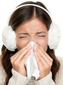 Gripe o mujer fría estornuda — Foto de Stock
