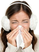 Grypy lub zimna kobieta kichanie — Zdjęcie stockowe