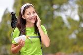 Mujer senderismo poner crema solar — Foto de Stock
