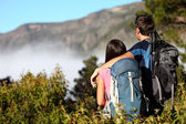 Couple hiking looking at view — 图库照片