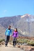 Couple hiking outdoors — Stock Photo
