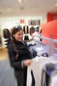 Mulher compra numa loja de roupas — Foto Stock