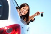 Driver woman showing new car keys — Stockfoto