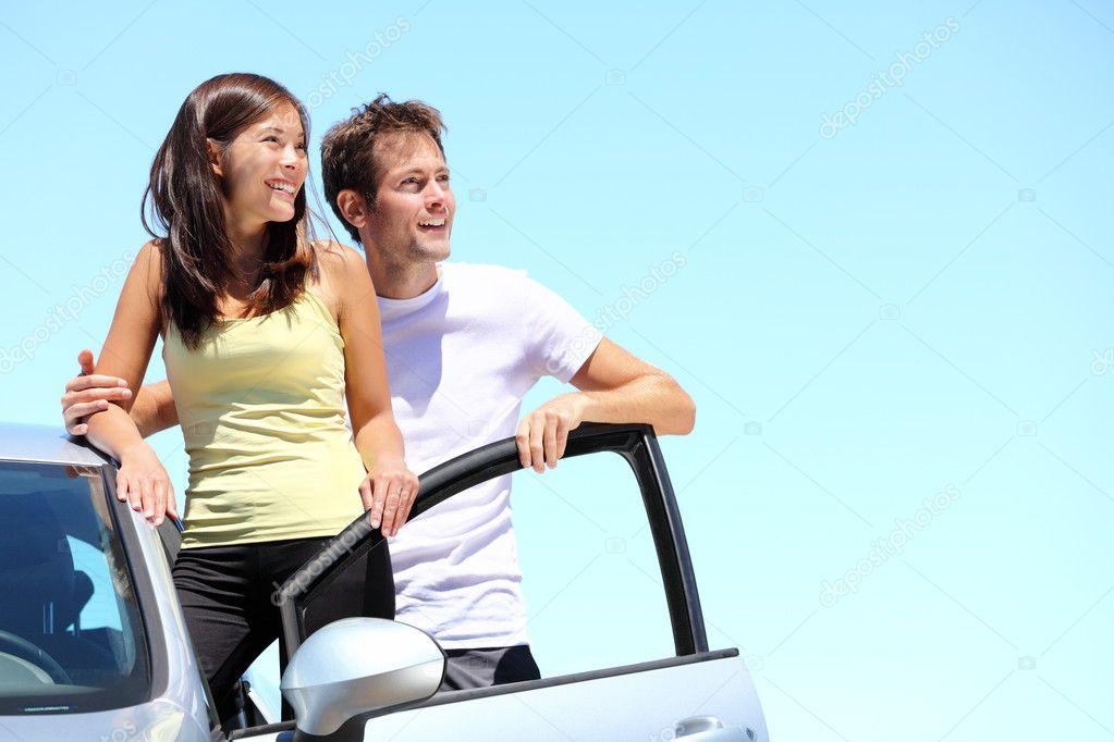 couple heureux avec voiture photographie maridav 22312999. Black Bedroom Furniture Sets. Home Design Ideas