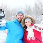Счастливые на коньках зимой пару — Стоковое фото