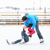 Plaisirs d'hiver couple patinage sur glace — Photo