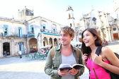 Pár turistů cestovat v havana, kuba — Stock fotografie