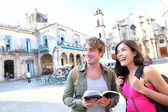 Tourists couple travel in Havana, Cuba — 图库照片