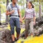 Пешие прогулки пара прогулки в лесу — Стоковое фото