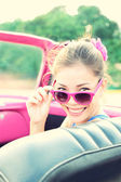 Vintage vrouw in retro auto — Stockfoto