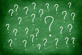 Vraagteken op groene schoolbord of schoolbord. — Stockfoto