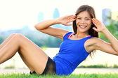 行使女人 — — 坐在 ups 体育锻炼 — 图库照片