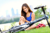Knee pain bike injury woman — Photo