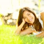 letní dívka v trávě — Stock fotografie