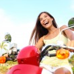 heureuse femme asiatique gratuite sur scooter — Photo