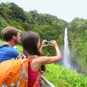 Tourist couple on Hawaii taking pictures — Stock Photo