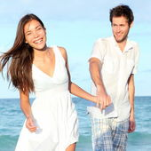 Beach couple walking happy — Stock Photo